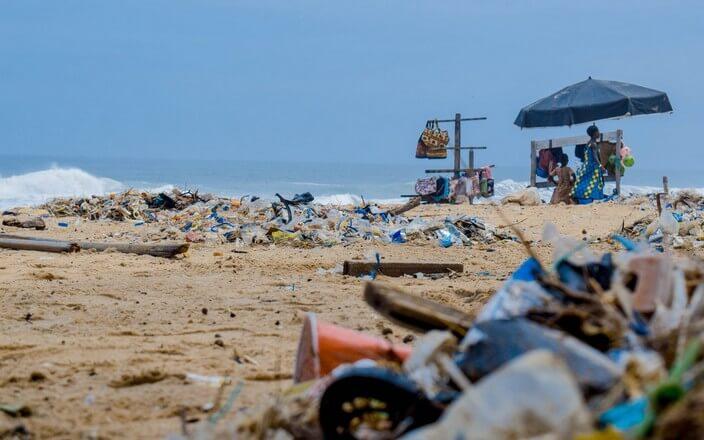 Mit Plastikmüll verschmutzter Strand