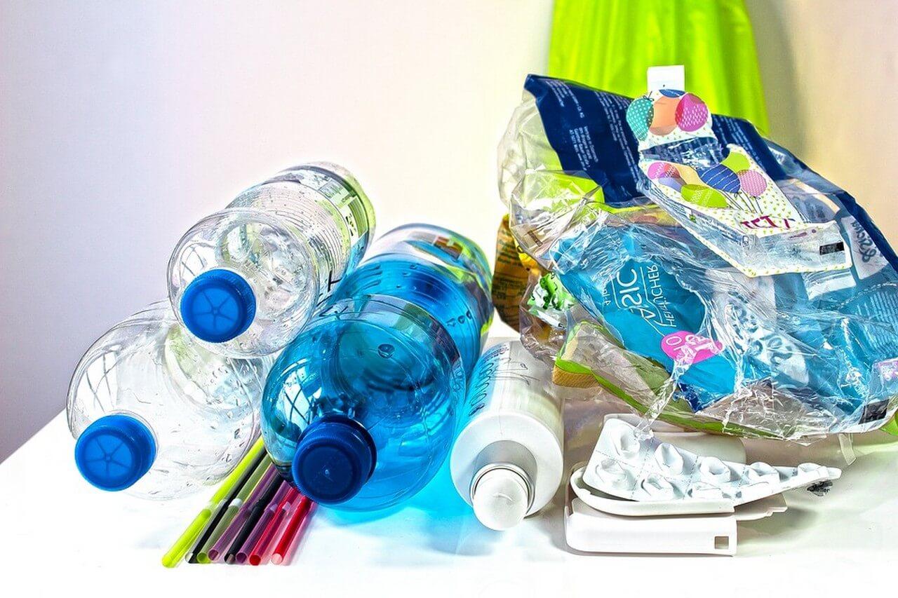 Plastimüll, der im privaten Haushalt anfällt, z.B. Plastikflaschen, Strohhalme, Tablettenverpackung, Verpackung von Toilettenpapier