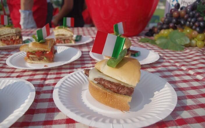 Hamburger plastikfreier Pappteller