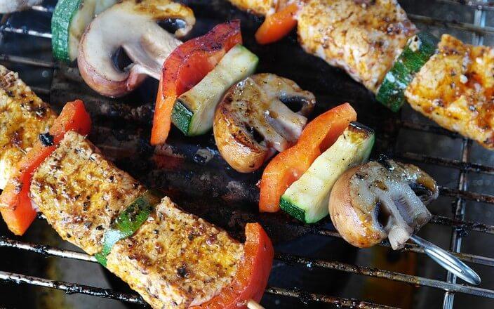 Gemüsespieße mit Paprika, Zucchini und Champignions auf Grill