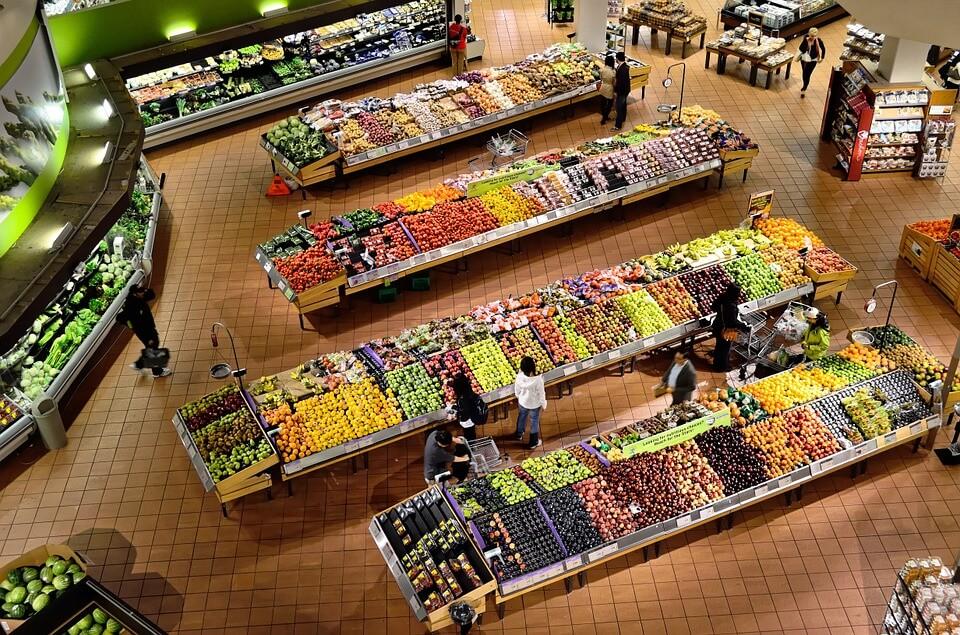 Obst- und Gemüseabteilung im Supermarkt