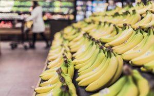 Bananen in Obstauslage im Supermarkt