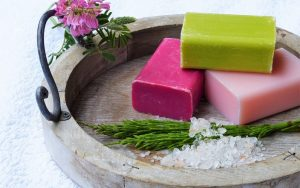 Tablett mit drei Seifen dekorativ präsentiert