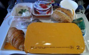 Essen an Bord eines Flugzeugs in Plastik verpackt