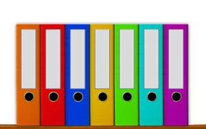 Aktenordner aus Pappe in verschiedenen bunten Farben