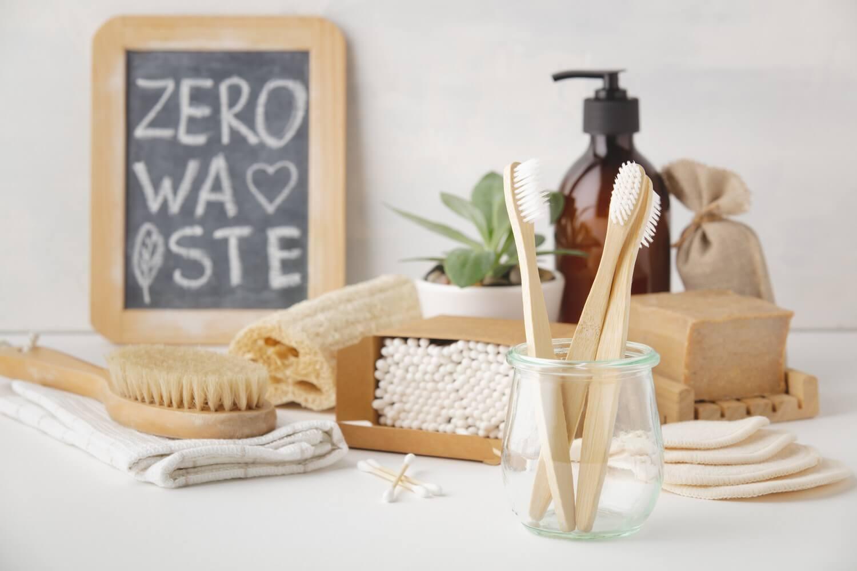 Zero Waste, Recycling, nachhaltiger Lebensstil im Bad mit Bambuszahnbürsten, wiederverwendbaren Abschminkpads, Stückseife und Wattestäbchen aus Bambus