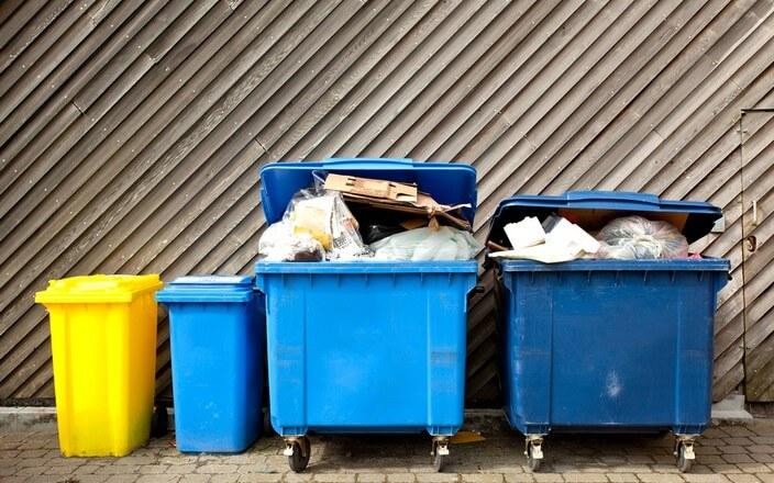 Mülltonnen und Müllcontainer bis oben hin gefüllt