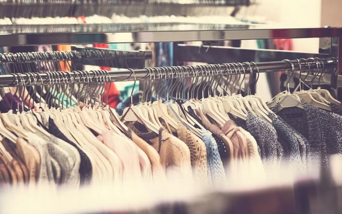 Kleiderstange mit Fast Fashion Kleidung in Bekleidungsgeschäft
