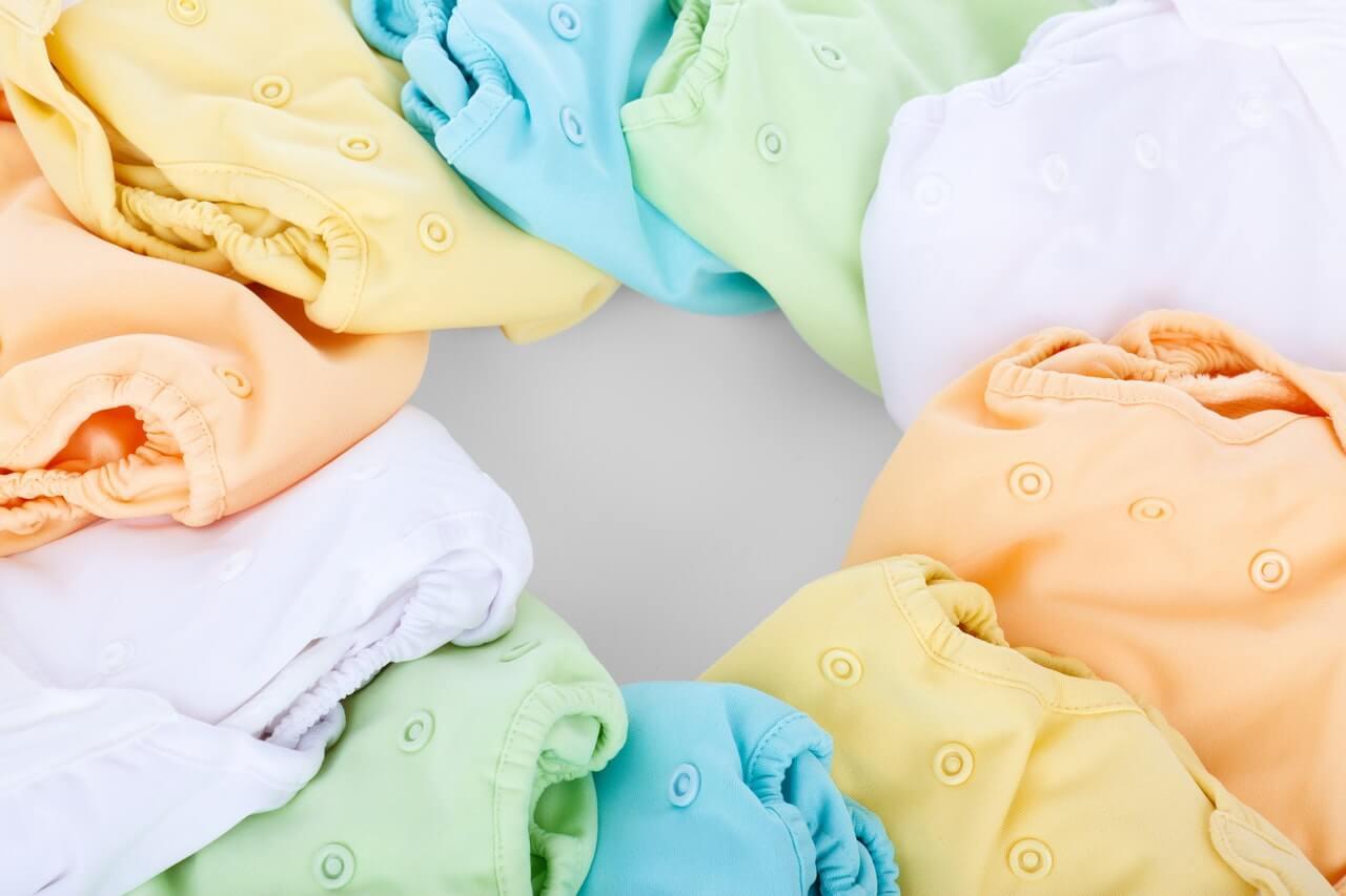 Textilien in bunten Sommerfarben im Kreis zusammengelegt