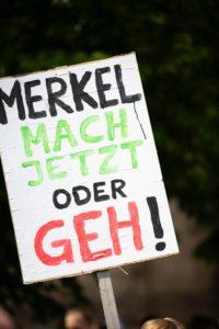 """Plakat mit Aufschrift """"Merkel mach jetzt oder geh!"""" im Fridays For Future Klimastreik"""