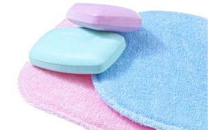Abschminkpads und verpackungsfreie Seife fürs Abschminken ohne Plastik