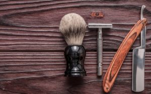 Rasierutensilien aus Edelstahl und Holz für weniger Plastik im Badezimmer