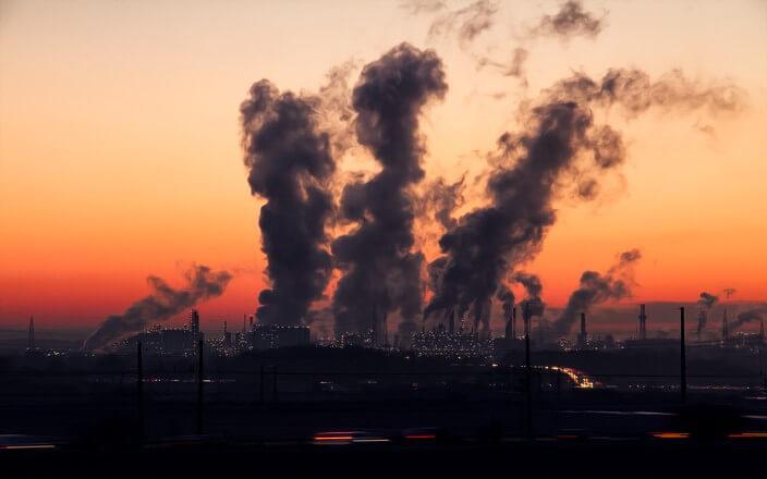 Kraftwerk stößt Treibhausgase in den Abendhimmel und trägt so zum Klimawandel bei
