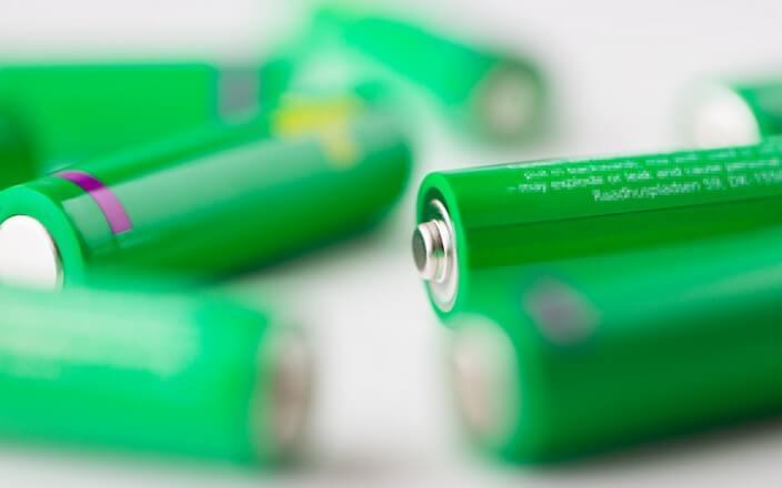 Grüne Batterien in Nahaufnahme