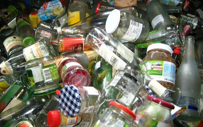 Haufen Altglas für Glassammelbehälter für Mülltrennung