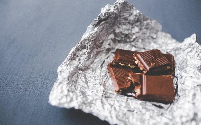 Stücke Schokolade auf Alufolie