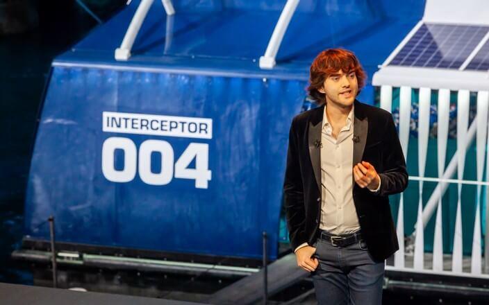 CEO Boyan Slat von The Ocean Cleanup spricht im Hafen von Rotterdam über den Interceptor