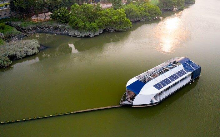Der Interceptor von The Ocean Cleanup im Einsatz auf Fluss in Malaysia