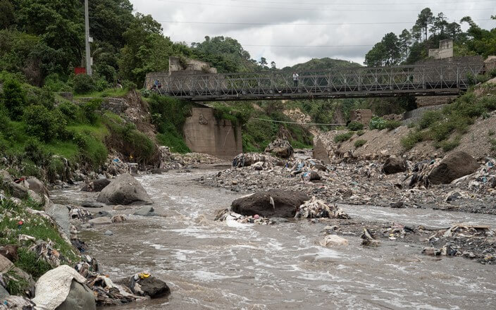 Mit Plastikmüll verschmutzter Fluss