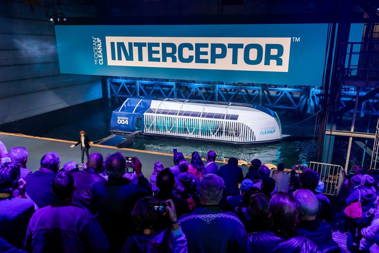 Boyan Slat stellt den Interceptor im Hafen von Rotterdam vor