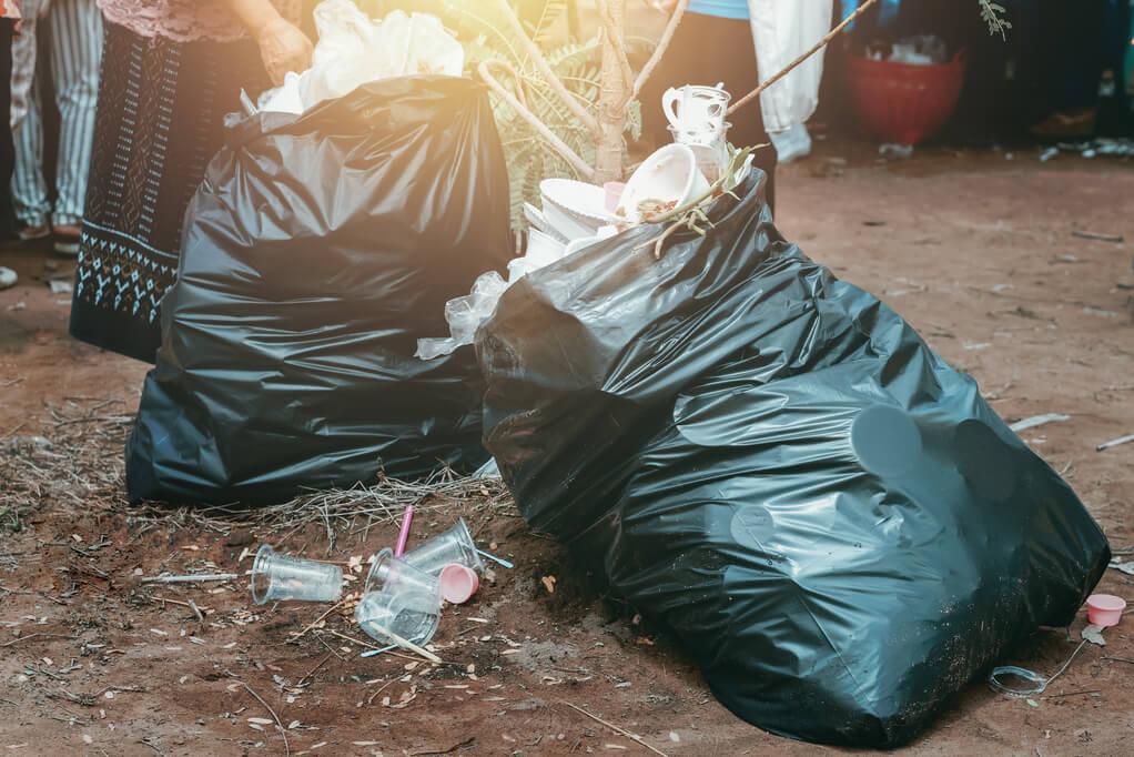 karneval plastikfrei - müllsäcke auf der straße