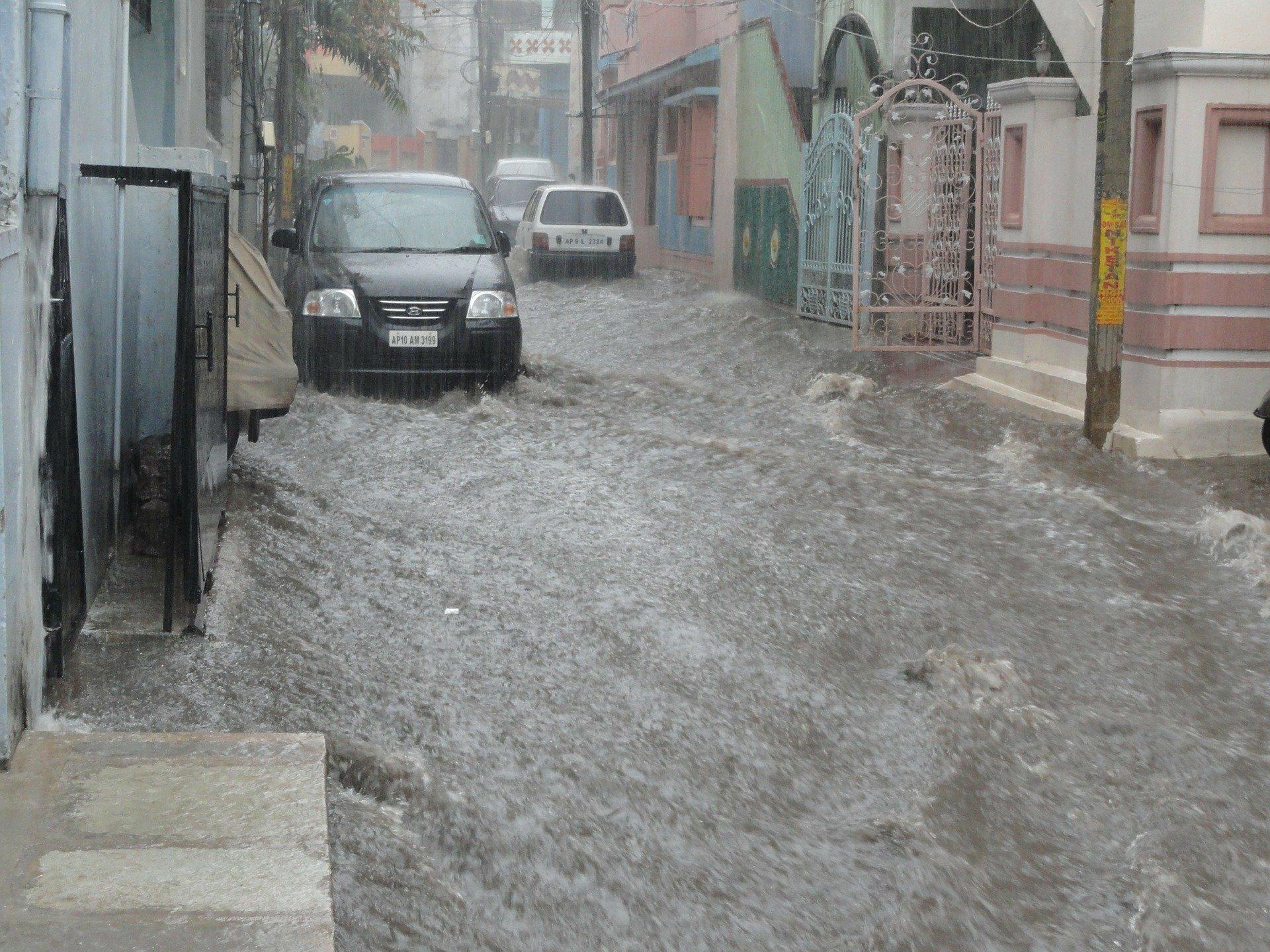 Flut in der Innenstadt mit Auto