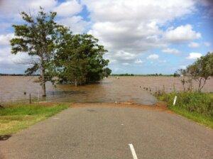 Feldweg, überflutet.