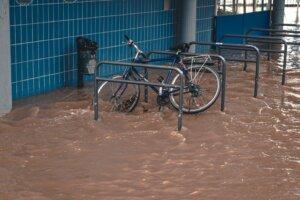 Fahrradständer im Hochwasser